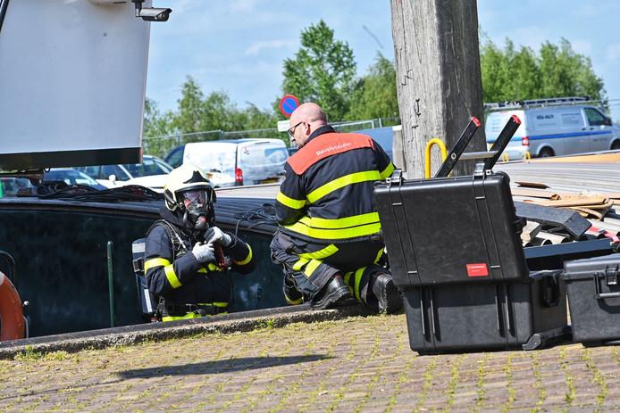 De politie is zaterdagochtend verder gegaan met het onderzoeken en ruimen van het drugsschip dat vrijdagmiddag gevonden werd in Moerdijk.