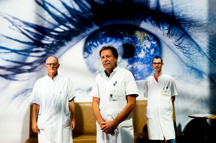 Het Oogcentrum van Gelre Ziekenhuis gaat anders werken om de wachttijden omlaag te brengen. Vlnr oogarts Hans Scheenloop, medisch manager en oogarts Guus van Hogerwou en optometrist Wim Dam.