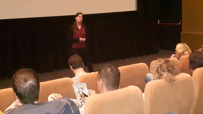 Evelien van Raaij houdt een inleiding bij de film 'Star'.
