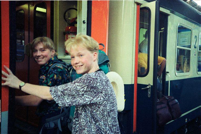 Marjolein en Bart, met de trein op weg naar Sicilië, 1990. Beeld null