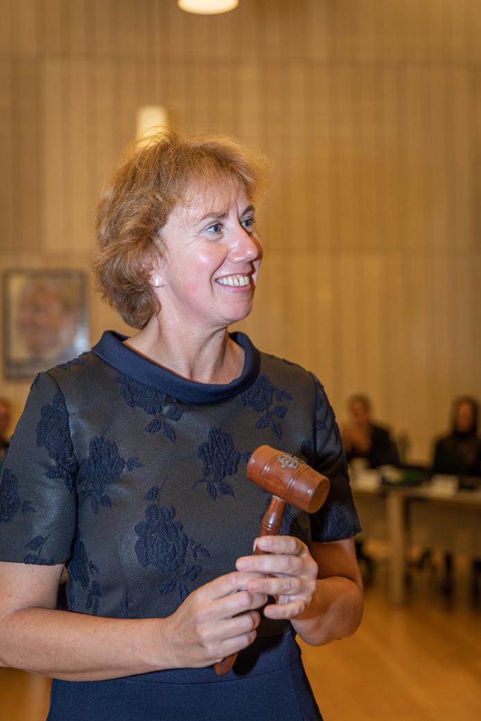 Margo Mulder met de voorzittershamer: als burgemeester is ze immers ook voorzitter van de gemeenteraad.
