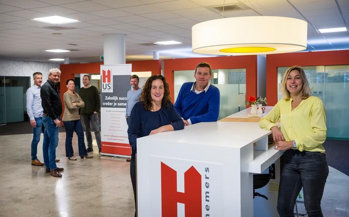 Het Holtens Ondernemershus bestaat vijf jaar. Van linksaf: Annemarie Bouwmeester, Martin Paalman en Rinka Knapen (voor) en op achtergrond René Bannink, Bert Wesseldijk, Jan Meindert  Bosma, Chantal Gritter en Jan Herman ten Velde.