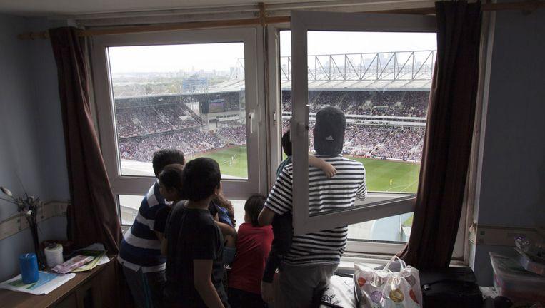 Vanuit hun appartement op de 14de verdieping bekijkt de familie Mangarah de wedstrijd West Ham United - Swansea City Beeld WassinkLundgren
