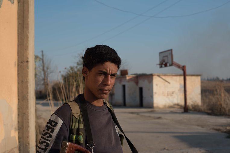 Een lid van de christelijke militie MFS in het vrijwel verlaten dorp Tel Jumaa. Beeld Vincent Haiges