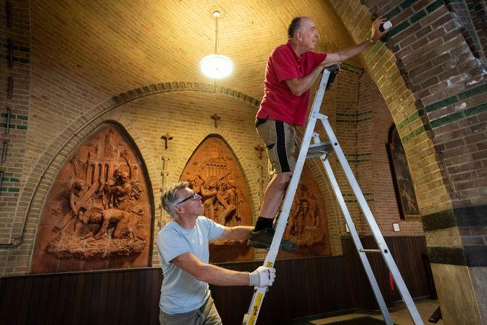 Wil Vugts (op de trap) en Hans van Hest plaatsen zenders voor de audiotour in de Sint Jan.