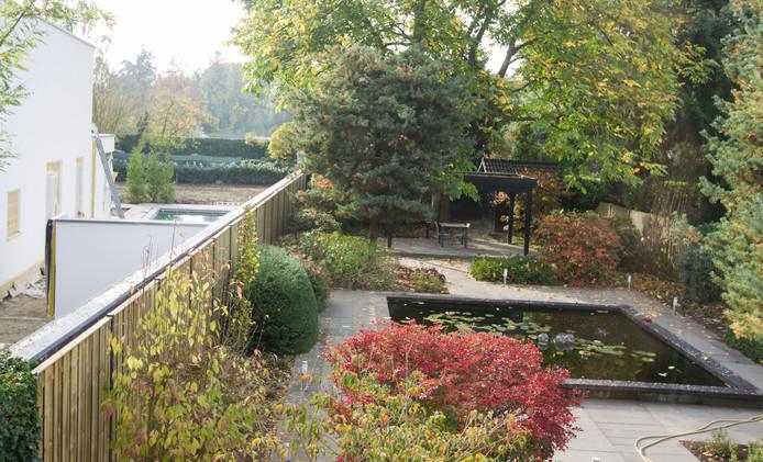 De beide tuinen zoals die tegen elkaar aanliggen. Links het nieuwe huis van burgemeester Blanksma dat toen nog in aanbouw was.