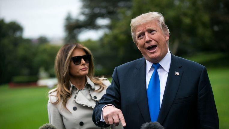 Echte Melania of fake Melania? Op internet doet een complottheorie de ronde dat de vrouw die Donald Trump bijstaat op deze persconferentie, wellicht helemaal niet de 'echte' Melania is.