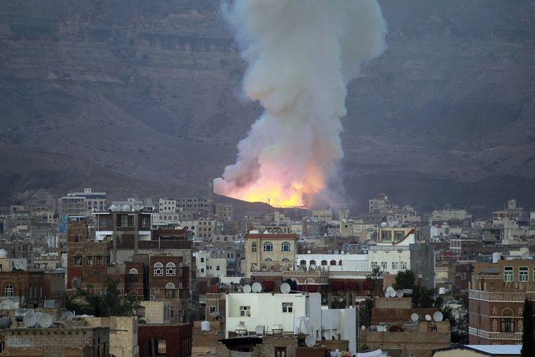 Brand na een van de door Saoedi-Arabië gecoördineerde luchtaanvallen op de hoofdstad Sanaa. Beeld afp