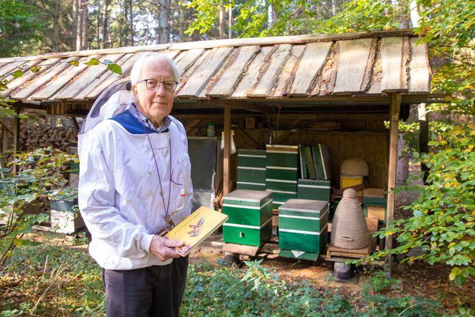 Bob van den Hoogen houdt al 44 jaar bijen in Soest.