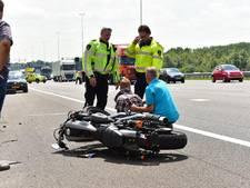Motorrijder gewond na rondvliegende klapband vrachtwagen