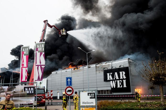 Grote brand bij bouwmarkt Karwei in Apeldoorn.