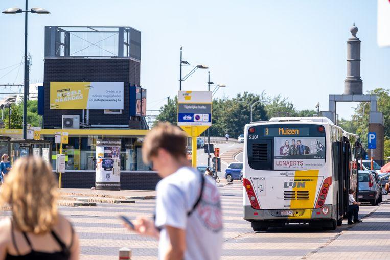 Bushaltes aan het station van Mechelen. Mogelijk wordt buslijn 3 geschrapt.