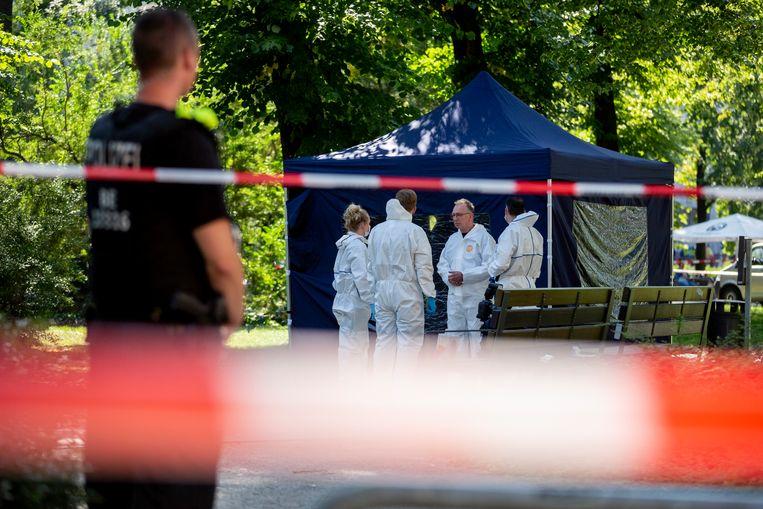 Politieagenten onderzoeken de plaats van de misdaad, een park in de wijk Moabit.