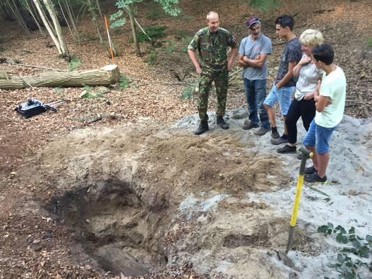 De geëvacueerde familie De Jong krijgt uitleg van luitenant Hans over de vliegtuigbom.