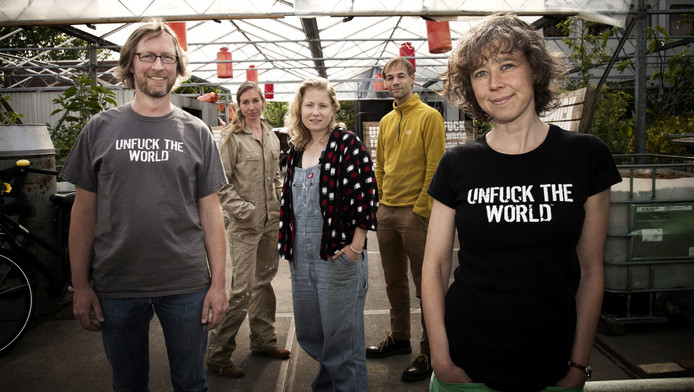De crew van de 'Unfuck the World'. V.l.n.r. Lubbertus Brugge, Laura van der Zee, Merlijn van der Hoeven, Harmen Zijp en Diana Wildschut.