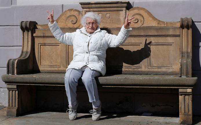 Lisel Heise op een stenen bankje voor het gemeentehuis van Kirchheimbolanden.