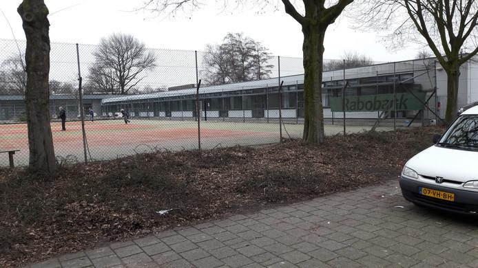 Het omstreden pand ligt tussen de tennisbanen en basisschool Jeanne d'Arc in Tilburg