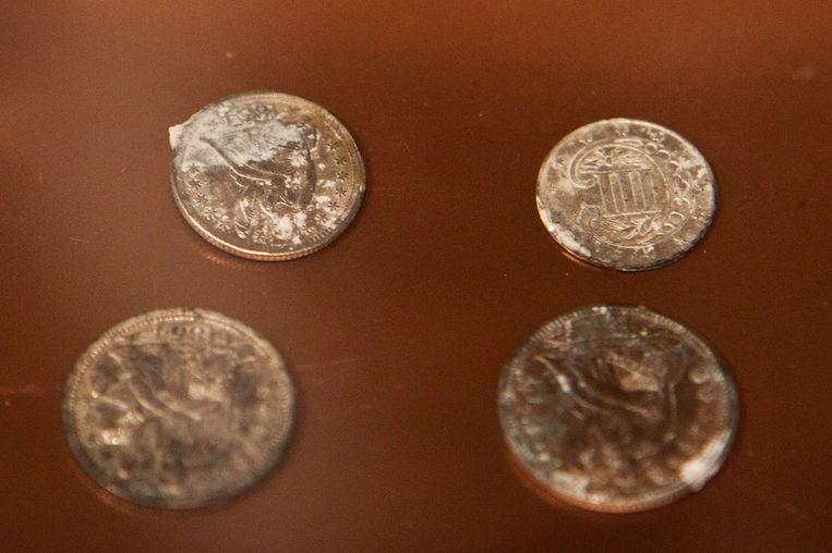 Een deel van de zilveren en koperen munten, uit de periode 1652-1855. Beeld afp