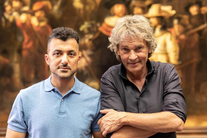 Matthijs van Nieuwkerk (rechts) met Özcan Akyol.