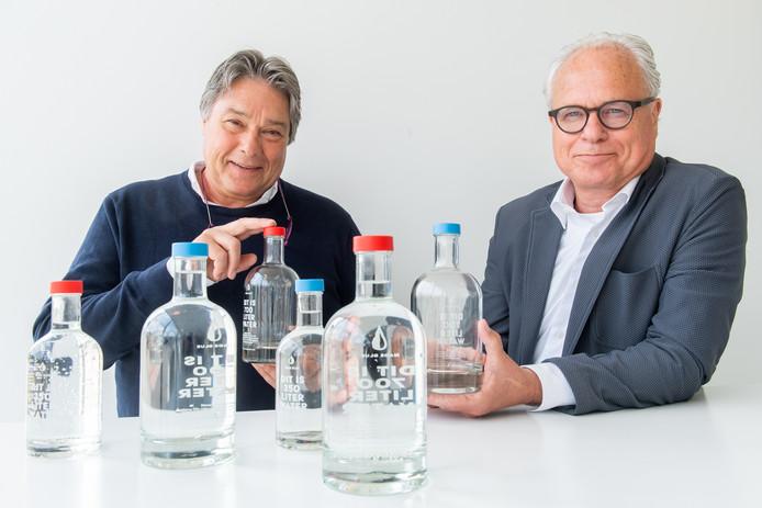 Peter Werther (links) en Cees Langeveld met de flesjes water uit Breda.