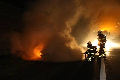 Auto gaat in vlammen op langs A16 bij Prinsenbeek