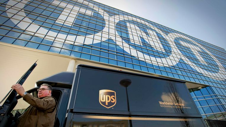Een koerier van UPS voor het hoofdkantoor van TNT in Hoofddorp Beeld Reuters