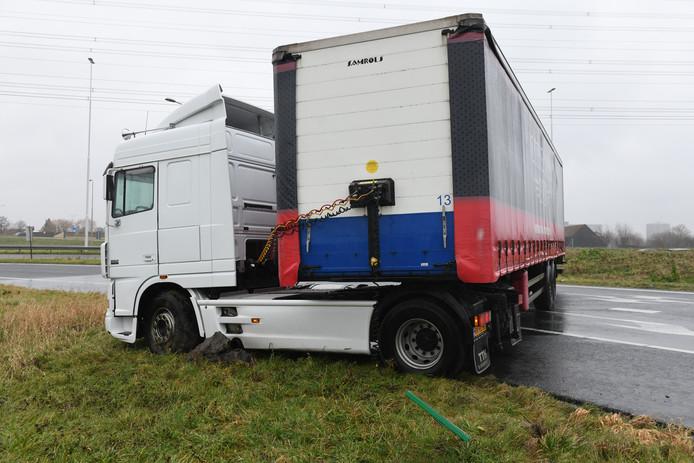 De geschaarde vrachtwagen op de A4.