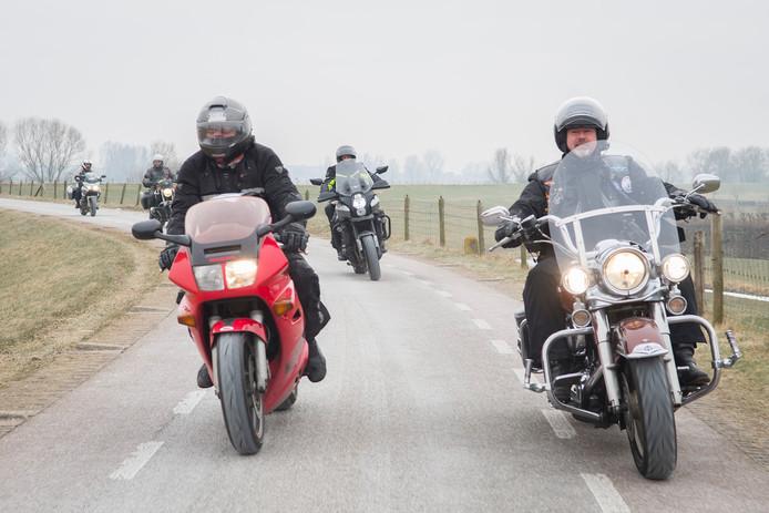 Een groepje van vijf motorrijders maakt een protestrit op de Lekdijk tussen Lopik en Schoonhoven. Ze zijn tegen het motorverbod dat sinds 1 maart van kracht is.