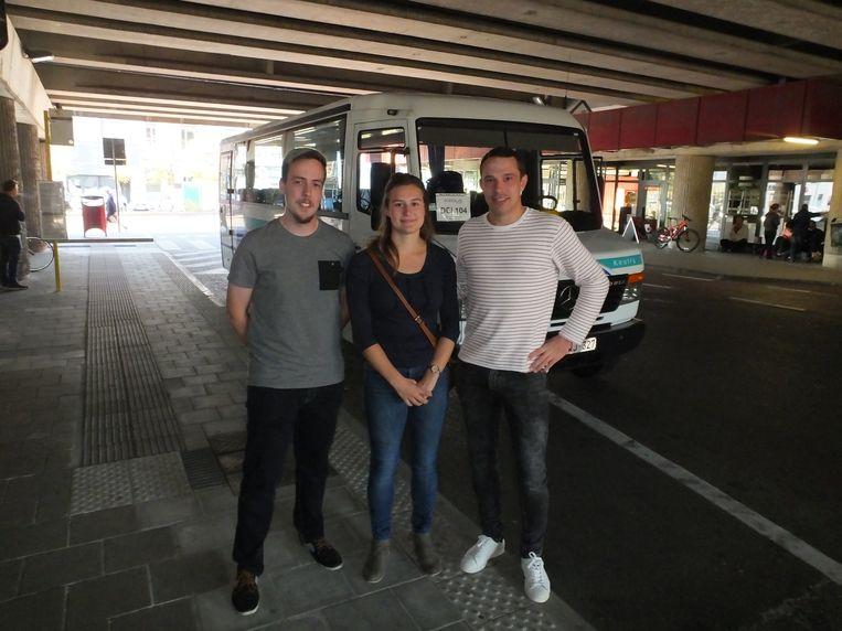 Buschauffeur Nicholas De Groote, Tess Minnens en Sören Van de Moortele.