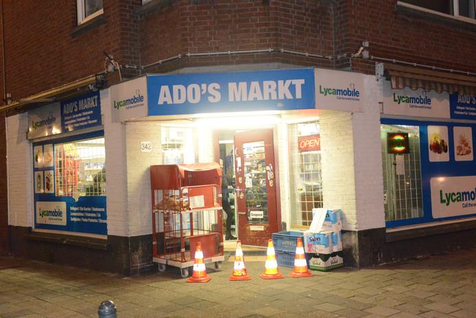 Avondwinkel Ado's Markt in de Oudemansstraat in Laak was ruim een week geleden doelwit van overvallers.