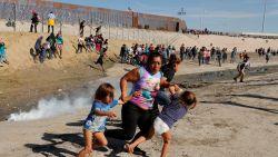 """VIDEO. Migranten aan de grens VS: """"Dacht dat ik ging sterven door gas"""""""