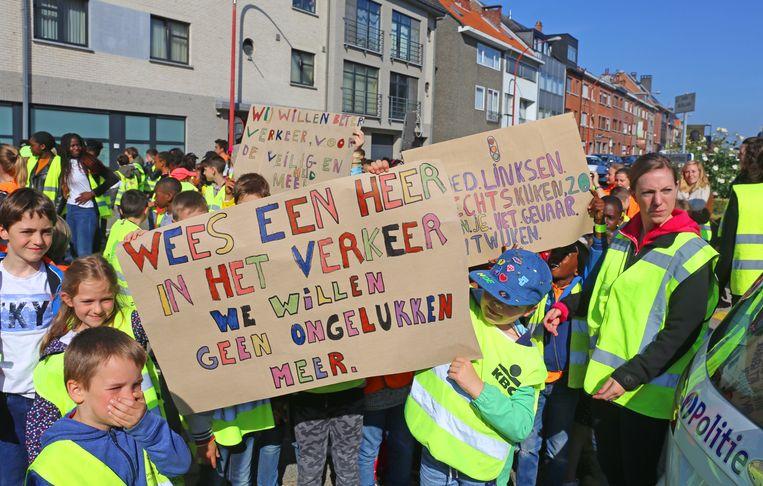 De leerlingen bezetten eventjes het kruispunt van de Bloklaan en het Muurveld.