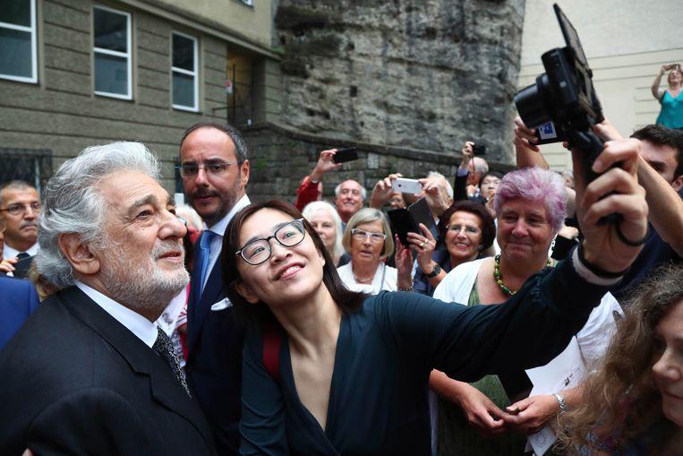 Placido Domingo poseert voor een selfie met een vrouwelijke fan na zijn concert in Salzburg.