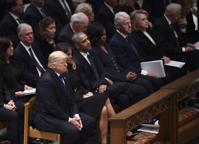 Van links: president Donald Trump, first lady Melania Trump, voormalig president Obama, Michelle Obama, voormalig president Bill Clinton, Hillary Clinton en voormalig president Jimmy Carter