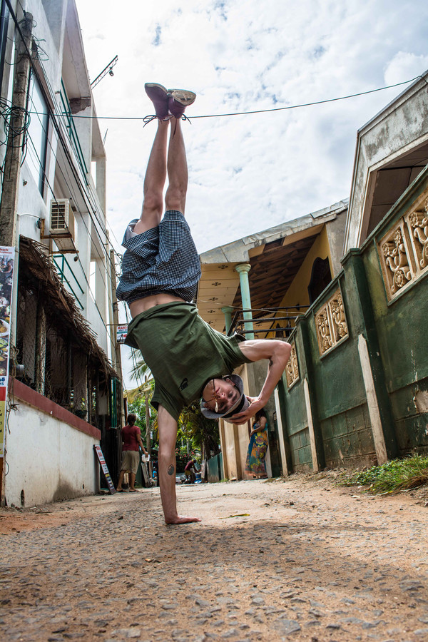 Liempdenaar Len van der Pol oefent zijn breakdance moves in de straten van Colombo, Sri Lanka.