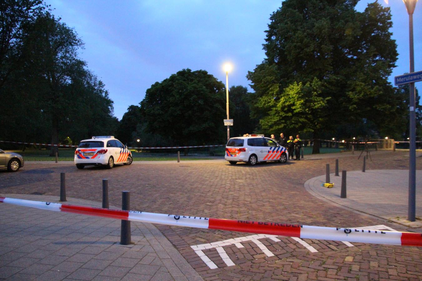 De politie doet onderzoek na de schietpartij aan de Waldeck-Pyrmontlaan.