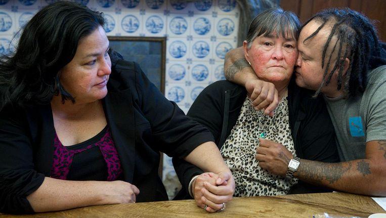 Van links naar rechts: Lila, de oudste zus van Mitch Henriquez, moeder Maria en neef Alex op het kantoor van advocaat Richard Korver. Beeld anp