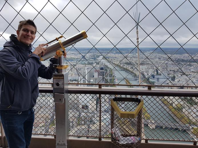 Ytsen de Vries, geniet van het uitzicht vanaf de Eiffeltoren.