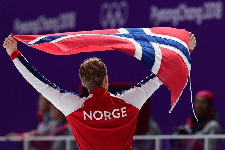 Lorentzen draagt de Noorse vlag door de Gangneung Olympic Oval na het winnen van goud op de 500 meter. Beeld null