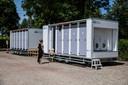 De mobiele toiletgebouwen voor de huuraccommodaties op het parkeerterrein van Bij Ons in Groesbeek, met voor iedere accommodatie een eigen douche en toilet.