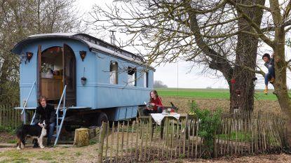WOONVIDEO: Griet, Piet en hun kinderen gaan 'op vakantie' in een woonwagen in hun tuin