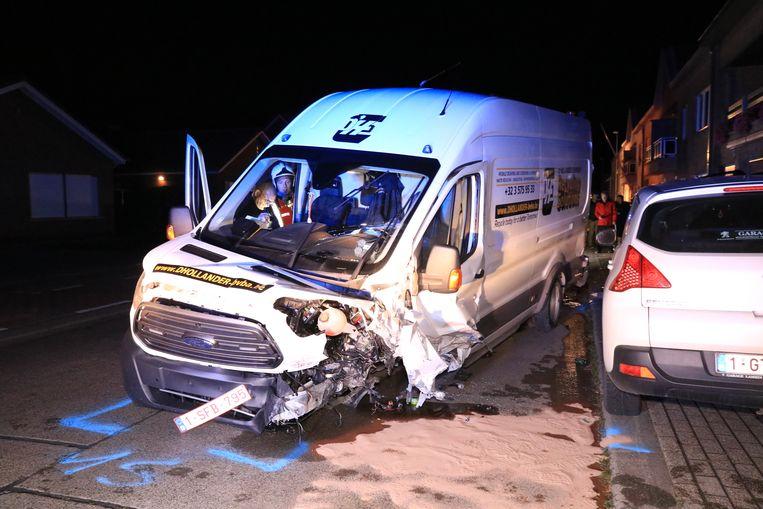 Ook de bestelwagen van de chauffeur liep zware schade op.