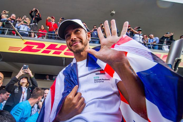 En dat is vijf! Lewis Hamilton viert in Mexico dat hij opnieuw de beste van wereld is.