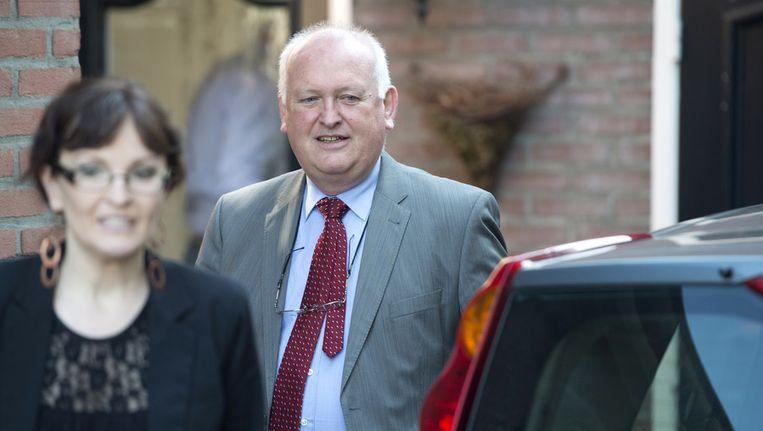 Burgemeester Hilko Mak van Deurne bezoekt samen met zijn voorlichtster omwonenden van de juwelierszaak Goldies in Deurne, waar bij een overval de twee vermoedelijke overvallers om het leven zijn gekomen. De juwelier is bij de overval gewond geraakt Beeld anp