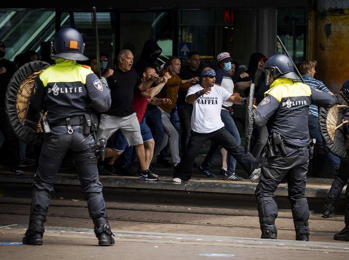 Demonstranten zoeken de confrontatie met de politie bij het Centraal Station. Foto ter illustratie.
