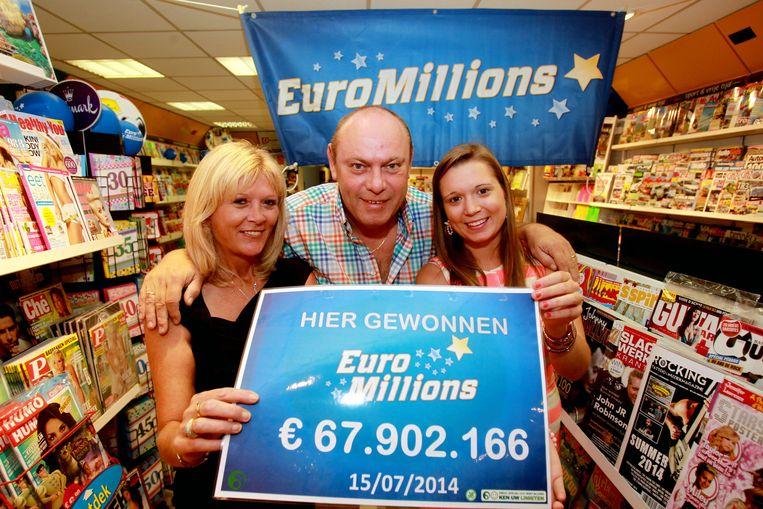 Krantenuitbaters Isabelle Verstraeten en Alain Corbisier samen met dochter Justine.