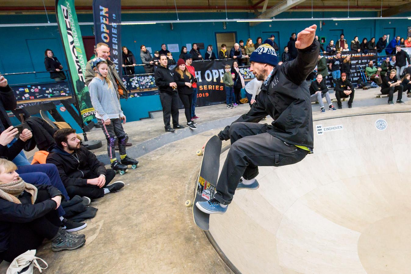 Skateboarder Jeroen Sara tijdens het NK skateboarden (park bowl) in Area 51 op Strijp-S in Eindhoven.