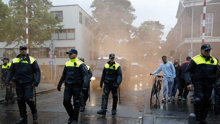 De politie controleert de anti-IS-demonstratie in de Haagse Schilderswijk op 10 augustus. Beeld anp