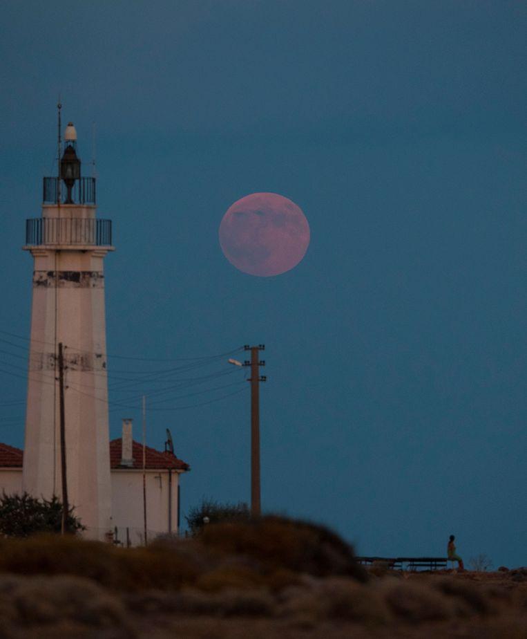 De maan kleurt ook rood in Turkije.
