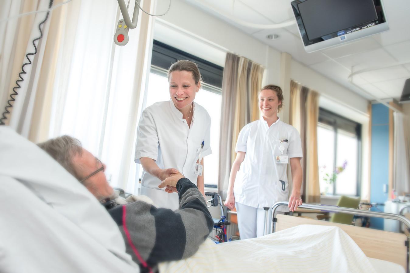 Internist-geriater Barbara van Munster (links), met een verpleegkundige bij een oudere patiënt in Gelre ziekenhuizen.